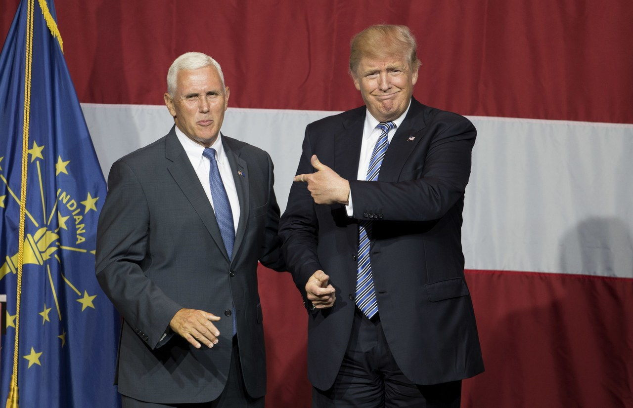 Presunto US Republican presidential candidate Donald Trump (R) and Indiana Governor Mike Pence (L) take the stage during a campaign rally at Grant Park Event Center in Westfield, Indiana, on July 12, 2016. / AFP / Tasos KATOPODIS (Photo credit should read TASOS KATOPODIS/AFP/Getty Images)