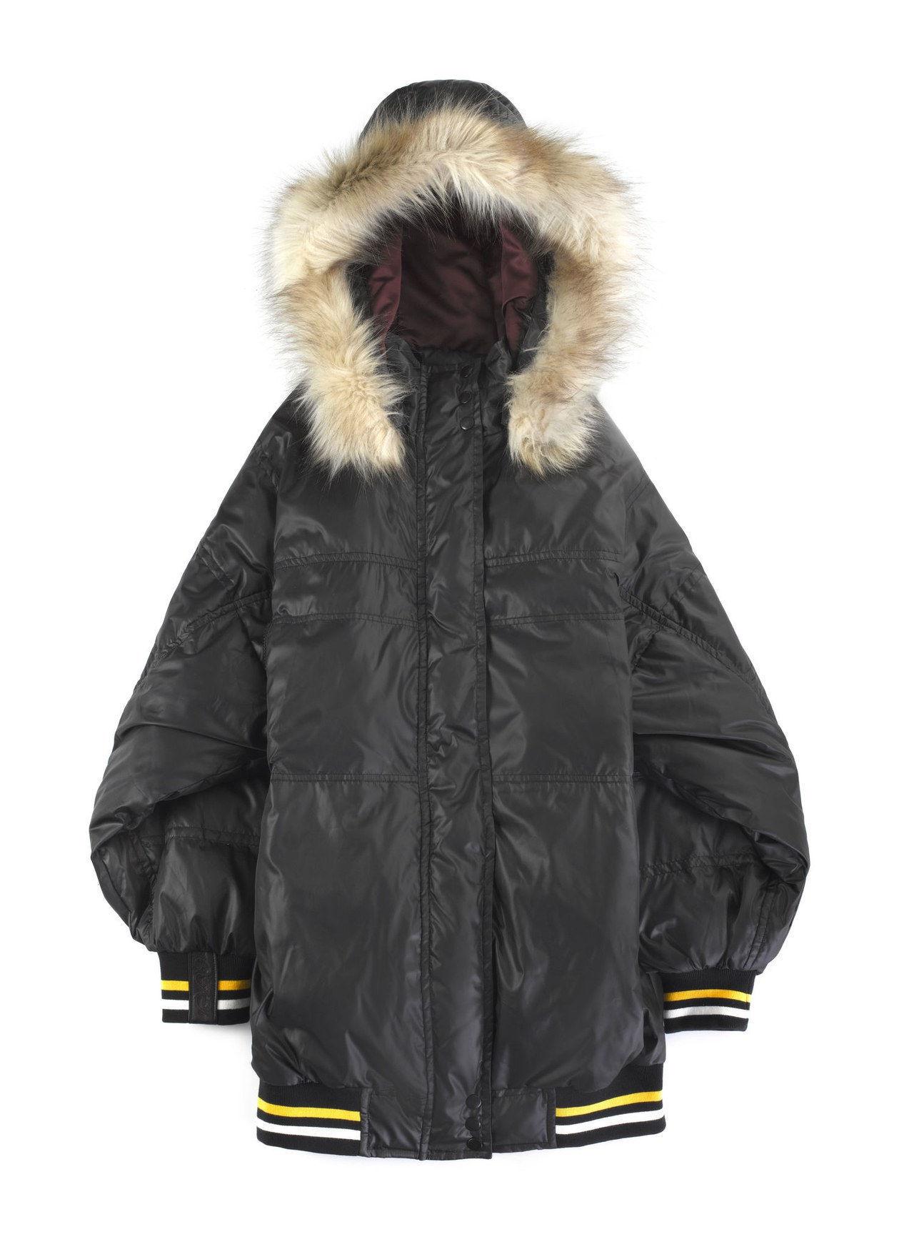 00c1b1763 El amor por la ropa interior de Cara Delevingne es bastante evidente en su  nueva colección DKNY