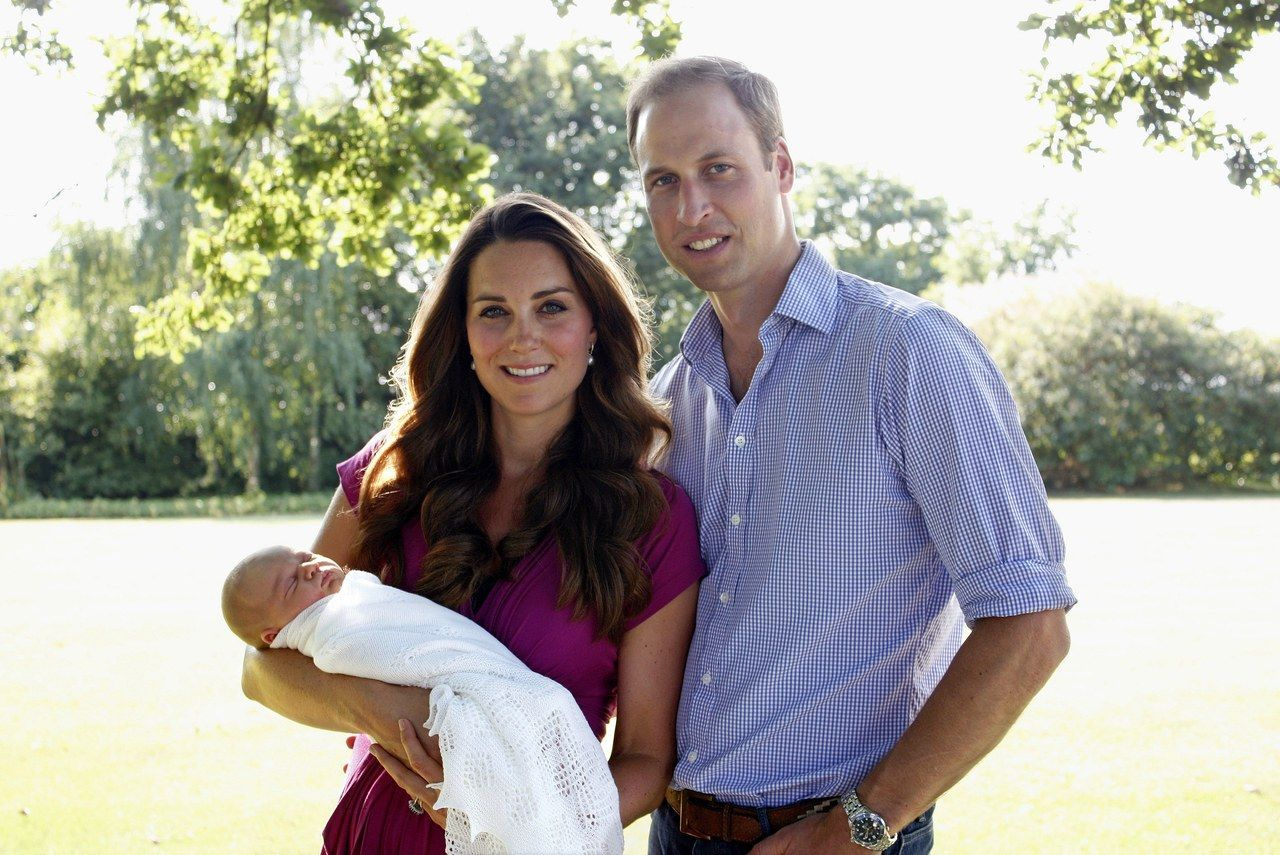 该 Duke and Duchess of Cambridge With Their Son Prince George Alexander Louis of Cambridge In Bucklebury